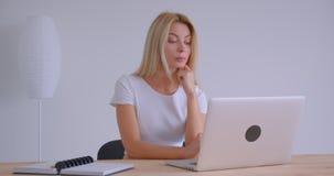 成人白种人白肤金发的女实业家特写镜头画象有在膝上型计算机的一视频通话户内在办公室 股票视频