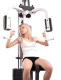 成人白肤金发的健身体操年轻人 免版税库存图片