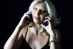 成人白肤金发的妇女,探戈dJ接近的画象有耳机的 库存照片