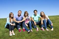 成人编组多种族微笑的年轻人 免版税库存照片