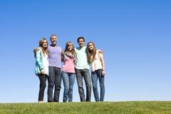 成人编组微笑的年轻人 免版税库存照片