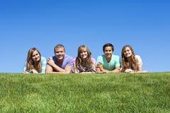 成人编组愉快的多种族年轻人 免版税图库摄影