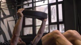 成人肌肉运动冒汗户内在健身房的爱好健美者swingning的新闻和举的重量特写镜头射击  股票录像