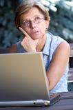 成人膝上型计算机中间妇女 库存图片