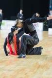 成人舞蹈夫妇执行WDSF波儿地克的盛大Prix-2106冠军的青年拉丁美洲的节目 免版税图库摄影