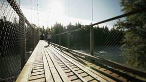 年轻成人走在桥梁 股票视频