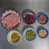 成份的图象装填的准备的用绞细牛肉、橄榄、葡萄干、核桃、杏仁和干blueberrie 图库摄影