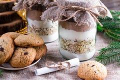 成份的混合曲奇饼的 面粉,糖,可可粉在瓶子分层堆积 圣诞节概念 免版税库存照片