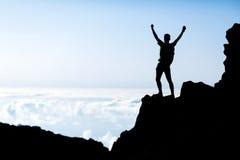 成功人剪影,山的背包徒步旅行者 库存图片