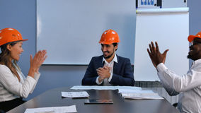 成功在庆祝成功的工程师企业多种族队握手和微笑 免版税库存图片