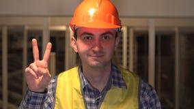 成功姿态,由工作者的胜利标志或一位工程师或者建筑师建造场所的 影视素材