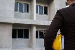 成功工程师穿戴安全的黄色盔甲 概念建筑手指金子安置关键字 库存图片