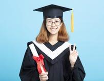 成功有胜利姿态的毕业女孩 免版税库存照片