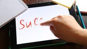 成功概念,手在片剂写词成功在工作场所 股票录像