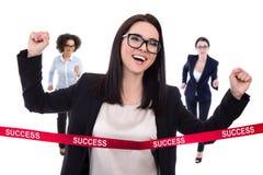 成功概念-女商人横穿终点线隔绝了o 免版税库存图片