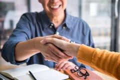 成功生意,企业合作会议和握手在谈论好成交协议以后和成为伙伴 免版税库存照片