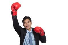 成功的亚洲商人胜利战斗拳头泵浦 免版税库存图片