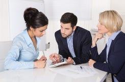 成功的企业合作-供以人员和两妇女。 图库摄影