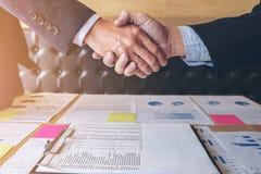 成功的企业握手,两个确信的企业同事 库存图片