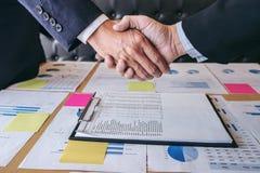 成功的企业握手,两个确信的企业同事 库存照片