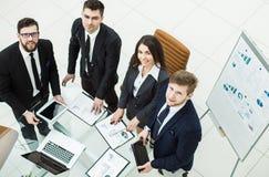 成功的企业队为公司的一个新的财政项目的介绍做准备 免版税库存照片