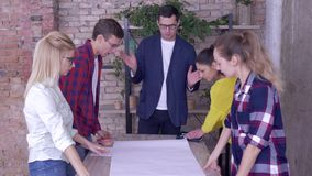 成功的企业队在现代办公室,有研究发展规划的同事的年轻辅导者人新 影视素材