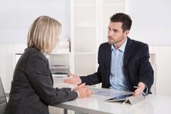 成功的企业队或costumer和客户在会议 库存图片