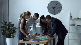 成功的企业队激发灵感在办公室 股票录像