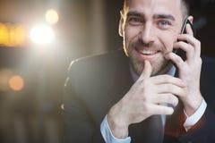 成功的商人叫由智能手机 免版税图库摄影
