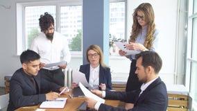 成功的商人在一次会议上在办公室 同事坐在谈判桌上 结论  库存照片