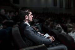 成功的商人坐一个业务会议在现代会场里 免版税库存照片