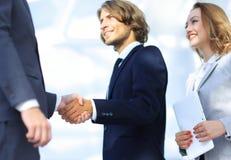 成功的商人握手问候成交概念 图库摄影