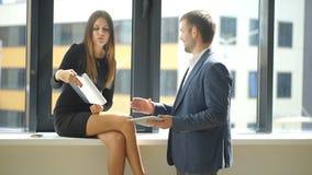 成功的商人谈论经营计划在窗口附近 股票视频