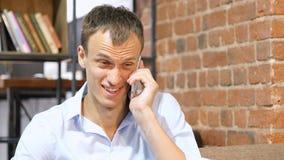 成功的商人谈话在巧妙的电话庆祝一个好消息 库存图片