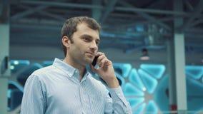成功的商人谈话在巧妙的电话庆祝好消息在黄昏 商人在的电话里说 股票录像