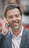成功的商人谈话在电话 库存图片