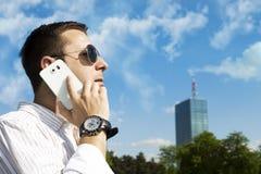 成功的商人谈话在电话 免版税库存照片