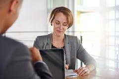成功的商人队开会议在行政被日光照射了办公室 免版税图库摄影