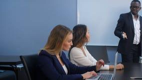 成功的团队负责人和企业主主导的业务会议 免版税库存照片