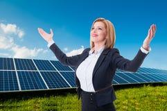 成功的太阳能或绿色能量女推销员 免版税图库摄影
