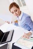 年轻成功的女商人在办公室 免版税图库摄影