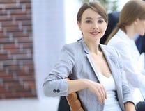 成功的女商人画象在工作场所 免版税库存照片