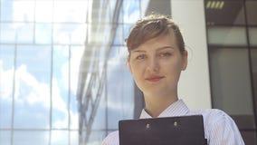 成功的女商人画象在工作 股票视频