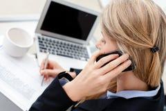成功的女商人谈话在电话 免版税库存照片