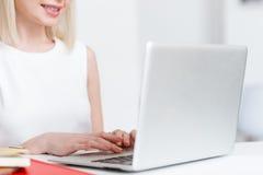 成功的女实业家使用一台计算机 免版税图库摄影