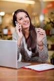 成功的女实业家坐在caffe和谈话在pho 免版税库存图片