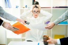 成功的女实业家多任务 免版税库存图片