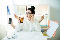 成功的女实业家多任务 免版税库存照片