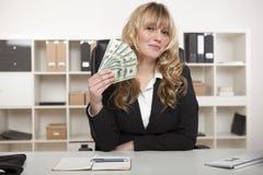 成功的女实业家挥动的金钱 库存照片