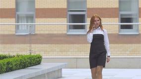 成功的女实业家谈话在手机,当走室外时 慢的行动 股票视频